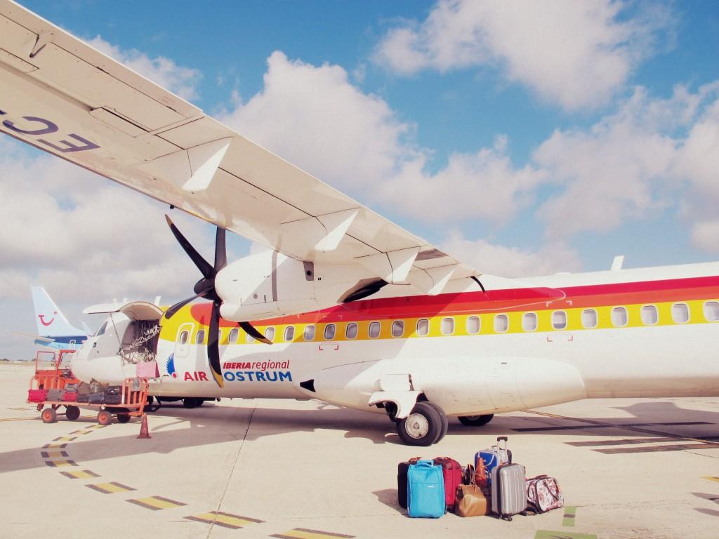 Maman voyage seule en avion avec son enfant